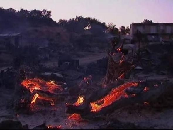 Miles de personas han sido evacuadas en la isla turística de Evia a causa de varios incendios